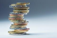 Stapel der Euromünzen Fokus auf Seil Fünf, 10 und fünfzig Eurobanknoten Münzen gestapelt auf einander in den verschiedenen Positi Stockfotos