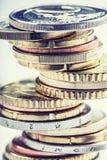 Stapel der Euromünzen Fokus auf Seil Fünf, 10 und fünfzig Eurobanknoten Münzen gestapelt auf einander in den verschiedenen Positi Lizenzfreie Stockbilder