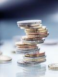 Stapel der Euromünzen Fokus auf Seil Fünf, 10 und fünfzig Eurobanknoten Münzen gestapelt auf einander in den verschiedenen Positi Lizenzfreie Stockfotos