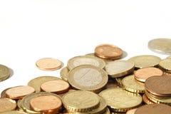 Stapel der Euromünzen mit weißem Exemplarplatz Stockbild