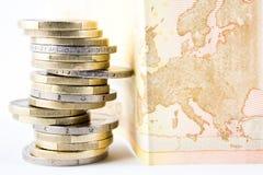 Stapel der Euromünzen und der Banknote Stockbilder