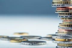 Stapel der Euromünzen Fokus auf Seil Fünf, 10 und fünfzig Eurobanknoten Münzen gestapelt auf einander in den verschiedenen Positi Stockfotografie