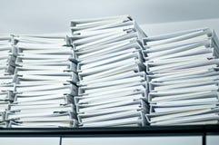 Stapel der Faltblätter im Büro Lizenzfreies Stockbild
