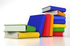 Stapel der farbigen Bücher auf Weiß Stockbild