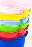 Stapel der farbigen Wannen lizenzfreie stockbilder