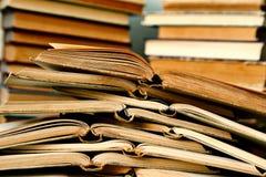 Stapel der geöffneten Bücher Stockfotos