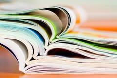 Stapel der geöffneten Zeitschrift - weicher Fokus Lizenzfreies Stockfoto