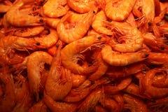 Stapel der gefrorenen Garnele auf Nahrungsmittelmarkt Lizenzfreie Stockfotografie