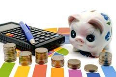 Stapel der Geldmünze auf Balkendiagramm mit Sparschwein, Taschenrechner und Stockfotografie