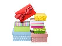 Stapel der Geschenkkästen getrennt auf Weiß Lizenzfreies Stockfoto