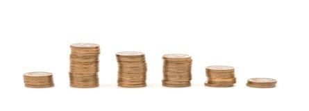Stapel der goldenen Münzen in Folge auf weißem Hintergrund Stockbild