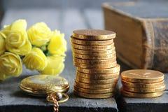 Stapel der goldenen Münzen und der Blumen Geschäfts- oder Finanzkonzept Stockfoto