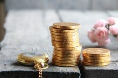 Stapel der goldenen Münzen und der Blumen Geschäfts- oder Finanzkonzept Stockfotografie