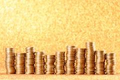 Stapel der goldenen Münzen vereinbart als Diagramm Stockfotos