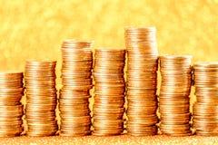 Stapel der goldenen Münzen vereinbart als Diagramm Lizenzfreies Stockfoto