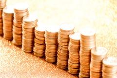Stapel der goldenen Münzen vereinbart als Diagramm Stockbild