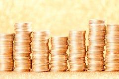 Stapel der goldenen Münzen vereinbart als Diagramm Lizenzfreie Stockfotos