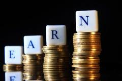 Stapel der goldenen Rupie, Indonesien-Münze, Illustration zu Earn damit verbunden Problem/Information/Artikel, am schwarzen Hinte stockfoto