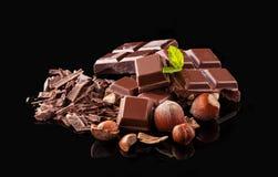 Stapel der Haselnussschokolade auf schwarzem Hintergrund Stockbild