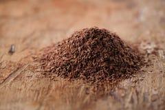 Stapel der heißen Schokolade blättert auf hölzernem Hintergrund ab stockbild