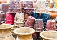 Stapel der keramischen Töpfe und der Behälter in Texas Stockfotos