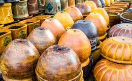 Stapel der keramischen Töpfe und der Behälter in Texas Lizenzfreie Stockbilder