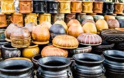Stapel der keramischen Töpfe und der Behälter in Texas Stockfotografie