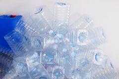 Stapel der klaren Plastikflaschen, Abfallplastikflasche bereiten auf Stockbild