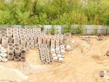 Stapel der konkreten Ringe für Abwasserkanal Stockfotos