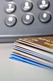 Stapel der Kreditkarten und des Telefons im Hintergrund Stockfotos