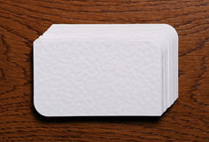 Stapel der leeren Visitenkarten auf hölzernem Hintergrund Lizenzfreies Stockfoto