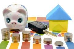 Stapel der Münze auf Balkendiagramm mit Sparschwein, Autoschlüssel und Papier ho Lizenzfreie Stockfotos