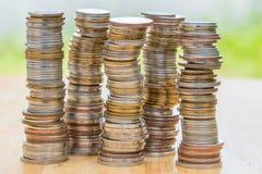 Stapel der Münze auf hölzerner Tabelle Lizenzfreies Stockfoto