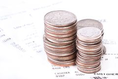Stapel der Münzen und der Checks Lizenzfreies Stockfoto