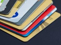 Stapel der mehrfarbigen Kreditkartenahaufnahme Stockbild