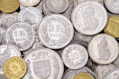 Stapel der modernen Franke-Münzen Stockbild