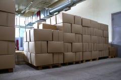 Stapel der Papierkästen mit Waren in der Speicherung lizenzfreies stockfoto