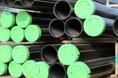 Stapel der Plastikrohre und der Rohre für das Transportieren des Gases Lizenzfreie Stockfotos