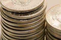 Stapel der reinen Silbermünzen Stockbilder