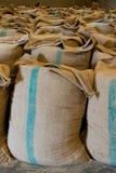 Stapel der Reissäcke im Korn Stockbilder