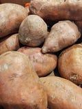 Stapel der rohen S??kartoffeln stockbild
