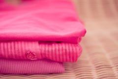Stapel der rosafarbenen Oberseiten, der Kleidung und der Art und Weiseserie Lizenzfreies Stockbild