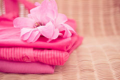 Stapel der rosafarbenen Oberseiten, der Kleidung und der Art und Weiseserie Stockbilder