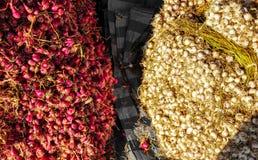 Stapel der roten Zwiebel und des Knoblauchs stockfotografie