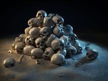 Stapel der Schädel in der Dunkelheit Stockbild