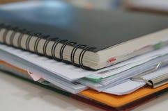 Stapel der Schreibarbeit und des Notizbuches stockbild