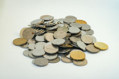 Stapel der Silber- und Goldfarbe der malaysischen Münzen lizenzfreies stockfoto