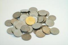 Stapel der Silber- und Goldfarbe der malaysischen Münzen stockfotos