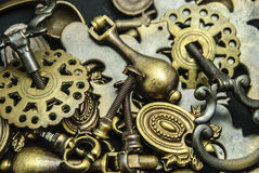 Stapel der sortierten antiken Messingaufbereiter-Hardware Lizenzfreies Stockbild