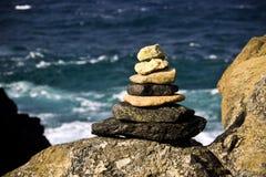 Stapel der Steine auf Felsen Stockbilder